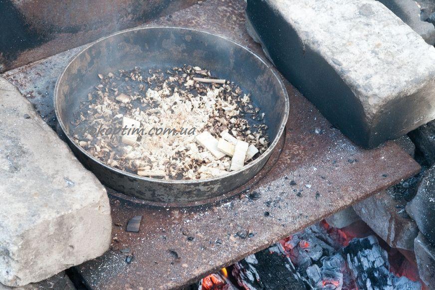 В сковорідці розігріємо тирсу до димлення