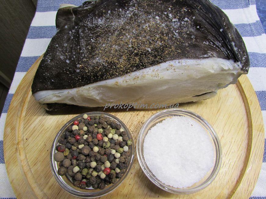 Рыбу натираем солью и перчим