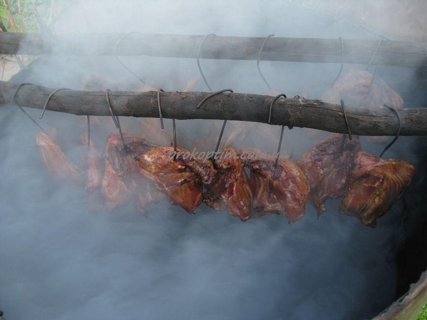 Курячі стегна з грудкою коптять від двох з половиною до трьох годин