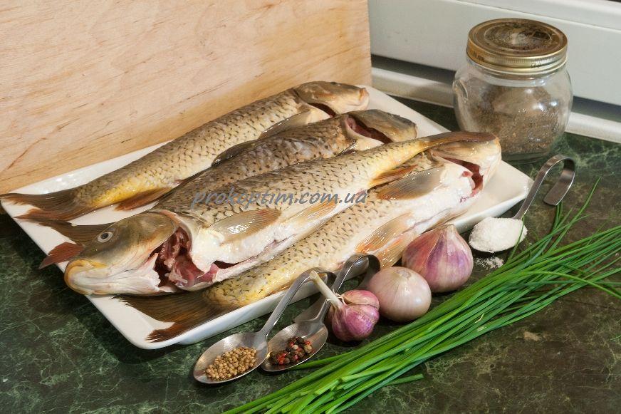 інгредієнти для приготування копченого коропа